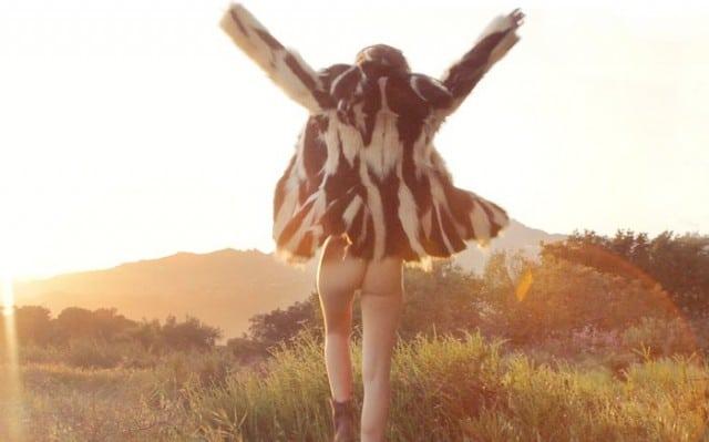 Video – Emily Ratajkowski smider tøjet for Galore Magazine