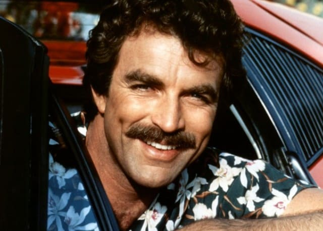 Tom Selleck med perfekt trimmet overskæg i Magnum PI