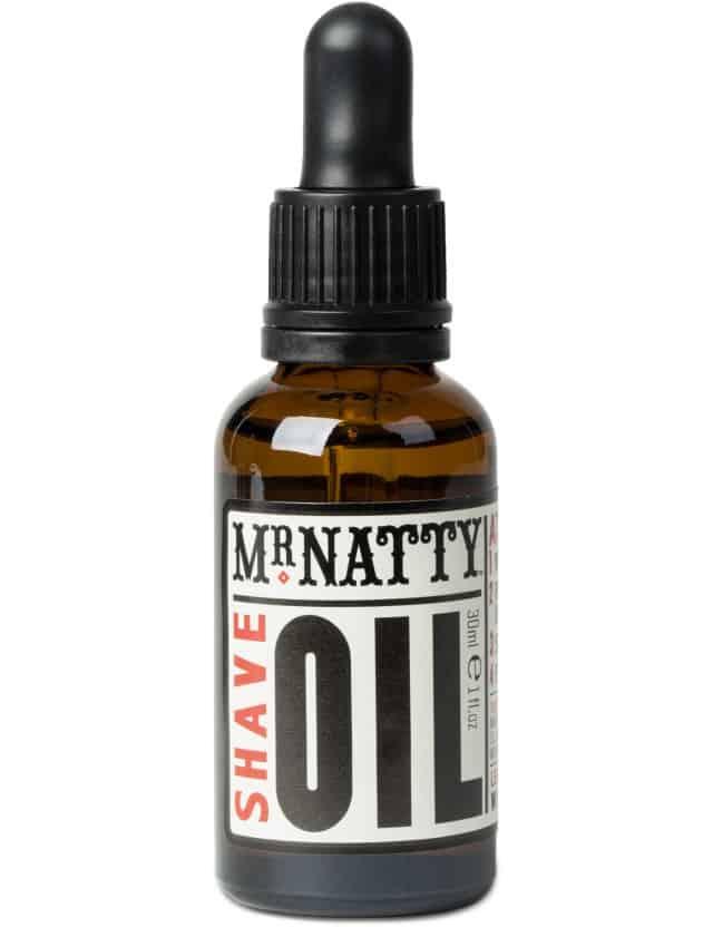 Mr Natty Shaveoil, som du påfører istedet for barberskum. Olien får bladet til at glide optimalt, så du irriterer din hud mindst muligt. 109 kr. her