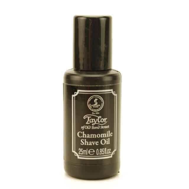Taylor of Old Bond Street Chamomile Shave Oil. 99 kr. Barberolie med kamille, der virker beroligende og har antibakterielle og antiseptiske egenskaber, der gør den perfekt til sart og følsom hud. Derudover er den ideel, hvis du lider af akne.
