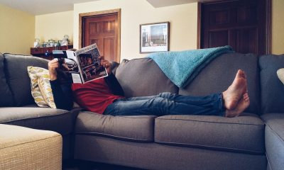 Mand på sofa